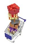 Shoppingvagn med bunten av gåvaaskar som isoleras på vit Arkivfoto