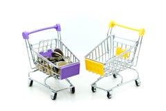 Shoppingvagn med bunten av mynt, affärsfinans som shoppar c Royaltyfri Bild