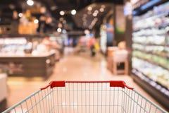 Shoppingvagn med den abstrakta supermarketlivsmedelsbutiken arkivfoton