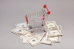 Shoppingvagn med dollar Arkivfoto