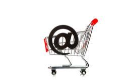 Shoppingvagn med emailsymbol Arkivbild