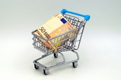 Shoppingvagn med 50 eurosedlar Royaltyfri Foto
