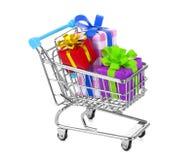 Shoppingvagn med färgrika gåvor som isoleras på vit Arkivbilder