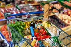 Shoppingvagn med foods Royaltyfri Fotografi