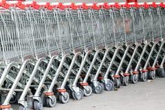 Shoppingvagn med foods i supermarket Royaltyfri Fotografi