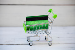 Shoppingvagn med kreditkorten, internetshopping Arkivbilder