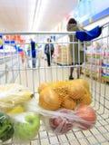 Shoppingvagn med livsmedelsbutiken på supermarket Arkivfoto