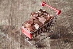 Shoppingvagn med mynt för eurocent Arkivfoton