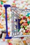 Shoppingvagn med preventivpillerar Fotografering för Bildbyråer