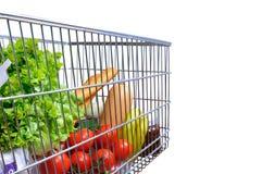 Shoppingvagn mycket av för sidolutande för mat den vita sikten arkivbild
