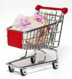 Shoppingvagn och gåva Arkivbild