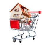 Shoppingvagn och hus Royaltyfri Foto