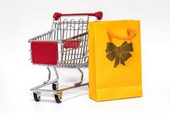 Shoppingvagn och påse Royaltyfri Bild