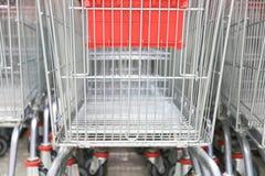 Shoppingvagn som är röd Arkivbild