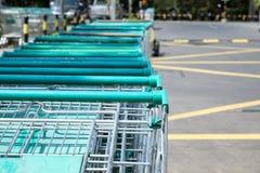 Shoppingvagnar för supermarket, supermarketvagn Arkivfoton