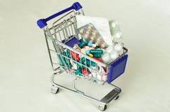 Shoppingvagnar med preventivpillerar Arkivfoton