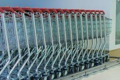 Shoppingvagnar på en parkeringsplats Arkivbild