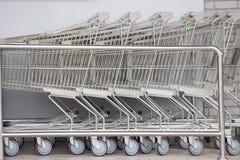 Shoppingvagnar, spårvagn för shoppingvagn i raddetaljhandelvaruhus, royaltyfria bilder