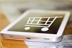 Shoppingvagnen på mobiltelefonskärmen royaltyfria foton