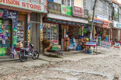 Shops auf den Straßen von Pokhara, Nepal stockfoto