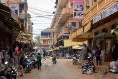 Shops in der Straße von Banlungs-Stadt mit den Khmerleuten, die während der Tageszeit arbeiten stockfoto