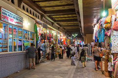 Shops som säljer souvenir i Mutrah Souk Royaltyfri Bild