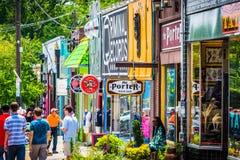 Shops und Fußgänger in wenig fünf Punkte, in Atlanta, Georgia lizenzfreie stockfotografie