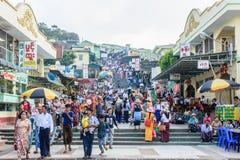 Shops und Häuser auf dem Berg Kyaik Htee Yoe, Montag-Zustand, Myanmar Leute werden gedrängt March-2018 Lizenzfreie Stockfotos