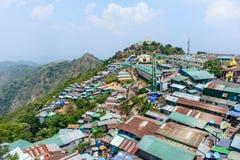 Shops und Häuser auf dem Berg Kyaik Htee Yoe, Montag-Zustand, Myanmar, March-2018 Stockfoto
