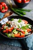 Shopska沙拉-保加利亚沙拉用蕃茄、黄瓜、胡椒、薤、荷兰芹和乳酪 库存照片