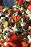 Shopska沙拉 准备从切的蕃茄,黄瓜,烤了胡椒,葱,橄榄,新鲜的荷兰芹并且磨碎了白色被浸盐水的che 库存照片