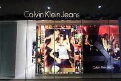 Shopwindow av Calvin Klein jeans, natt Royaltyfria Foton