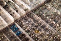 Shopwindow con i gioielli penetranti del corpo Fotografie Stock Libere da Diritti
