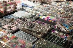 Shopwindow con i gioielli penetranti del corpo Fotografie Stock