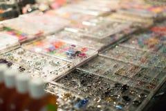 Shopwindow met lichaam het doordringen juwelen Royalty-vrije Stock Afbeeldingen