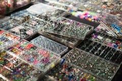 Shopwindow met lichaam het doordringen juwelen Stock Afbeeldingen