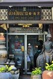 Shopwindow och ingång till coffeshop med antika objekt i Songkhla Royaltyfria Foton