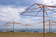 Shore with beach umbrellas Royalty Free Stock Photos