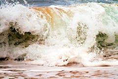 Shorebreak/波浪在夏威夷 免版税库存图片