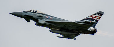 Shoreham Airshow 2014年-台风战斗机空中分列式 图库摄影