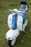 SHOREHAM-BY-SEA, ZACHODNI SUSSEX/UK - SIERPIEŃ 30: Stary Lambretta Scoo zdjęcie royalty free