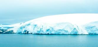 Shoreline av Antarktis Arkivfoto