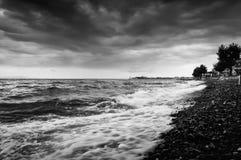 Shoreline avec le vent sauvage de mer et de tempête Photo stock