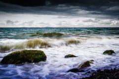 Shoreline con il vento selvaggio di tempesta e del mare Immagini Stock Libere da Diritti