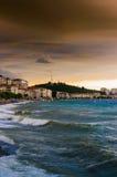 Shoreline con il vento selvaggio di tempesta e del mare Fotografia Stock Libera da Diritti