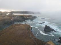 Shoreline couvert de brouillard en Californie du nord Photos stock
