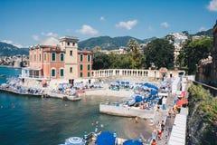 Shoreline di Rapallo durante la stagione estiva in un giorno soleggiato - Italia immagine stock