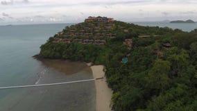 Shoreline di una località di soggiorno di isola tropicale archivi video