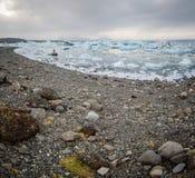 Shoreline för Jokulsarlon glaciärlagun Arkivfoton