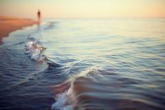 Shoreline för bakgrund för strandsolnedgångabstrakt begrepp Arkivbild